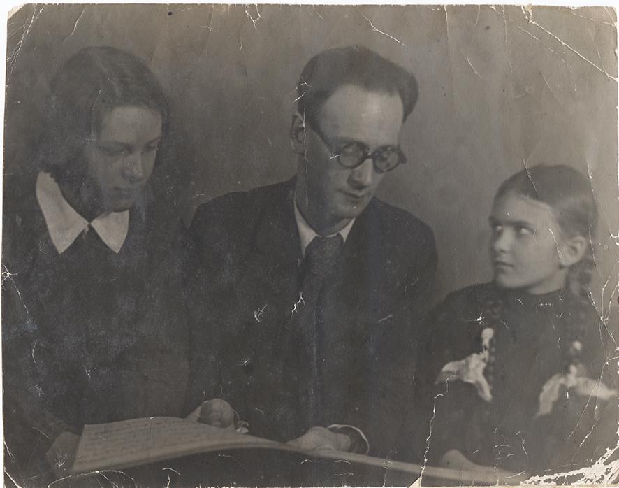 С. Я. Вольфензон в центре, Марина Дранишникова справа